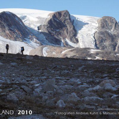 Drei-Gletscher-Blick auf Nuussuaq (Foto: Manuela Hahnebach) . Fotokalender Grönland 2010 . Fotografie Andreas Kuhrt & Manuela Hahnebach (Gestaltung: Design Hahnebach & Designakut 2009)