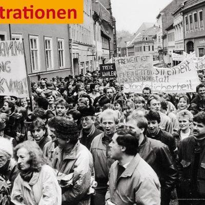 """Ausstellung """"Friedliche Revolution Suhl 1989/90"""": Demonstration im Steinweg . Stadt Suhl (Ausstellungsgestaltung: Designakut 2009)"""